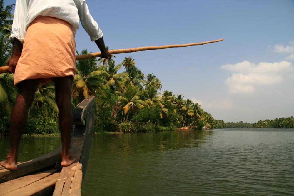 Barquero-en-un-canal