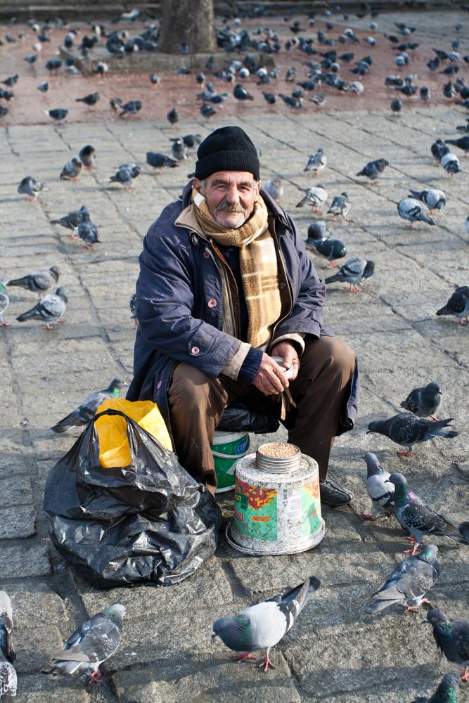Dando-de-comer-a-las-palomas-en-la-plaza-de-Beyazit