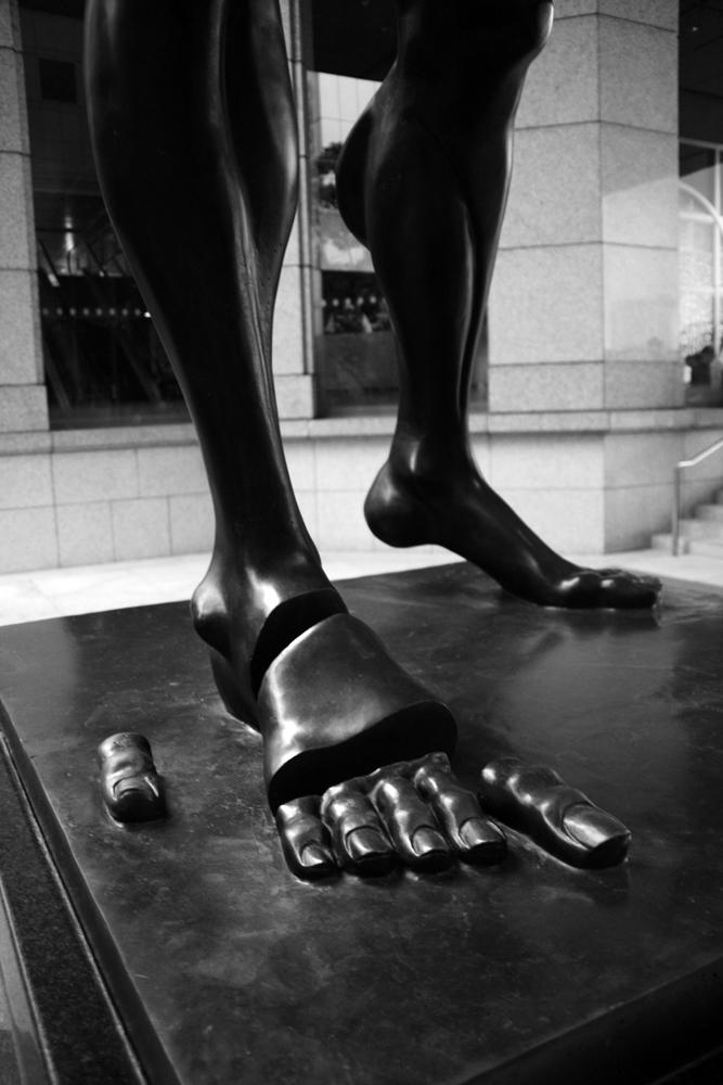 Detalle-de-Homenaje-a-Newton-de-Dalí