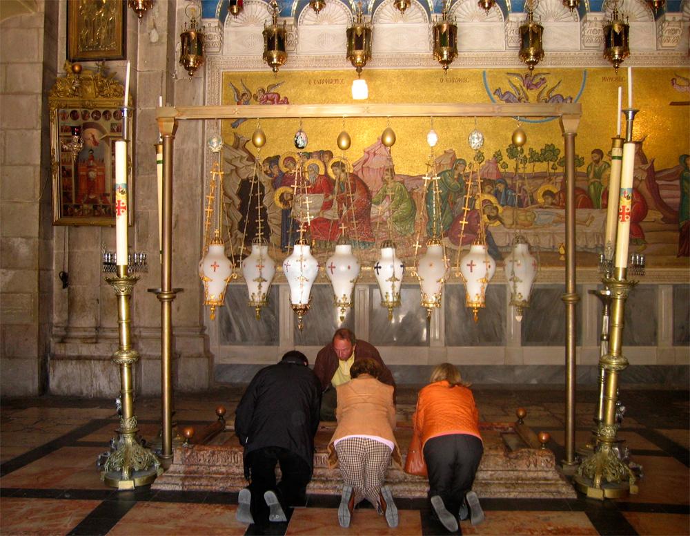 Devoción-ante-el-Santo-Sepulcro