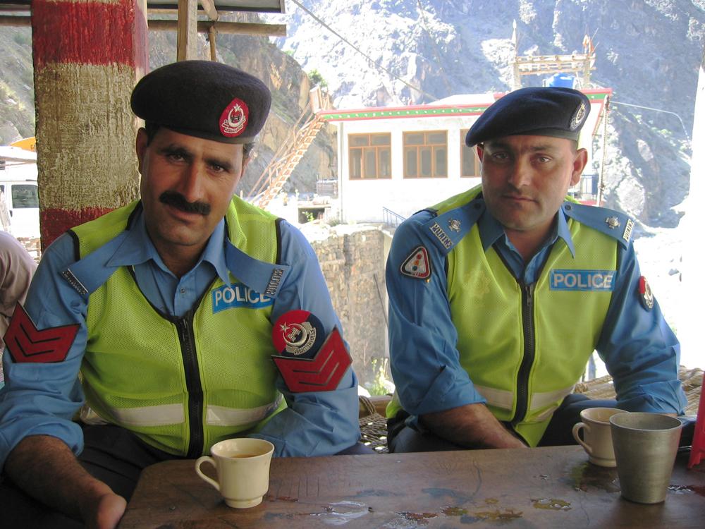 Dos-policías-tomando-té
