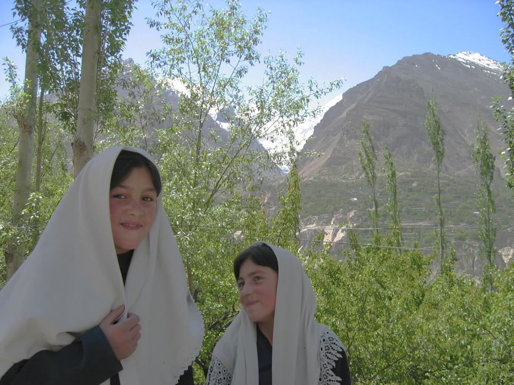 Dos-simpáticas-niñas-en-Aliabad