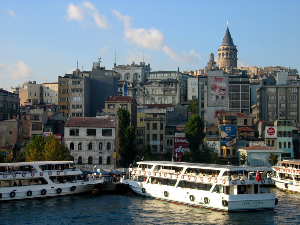 Ferrys-con-la-torre-de-Galata-al-fondo