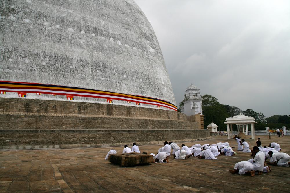 Fieles-en-la-estupa-de-Ruvanvelisaya-II
