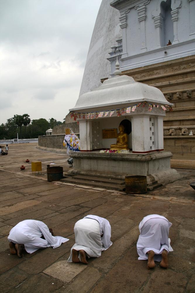 Fieles-en-la-estupa-de-Ruvanvelisaya
