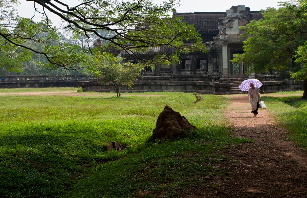 Hombre-con-sombrilla-en-Angkor