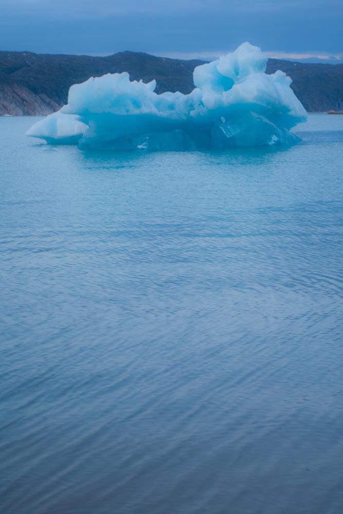 Iceberg-entre-neblina