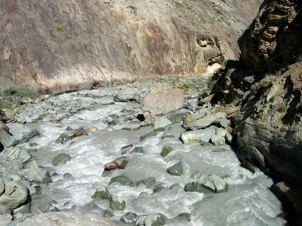 Impetuoso-rio-en-el-camino-hacia-Rakaposhi