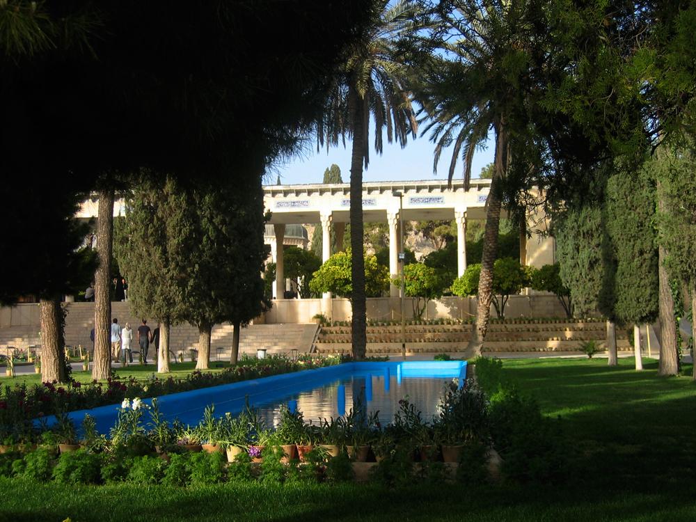 Jardines-de-la-Tumba-del-Poeta-Hafez