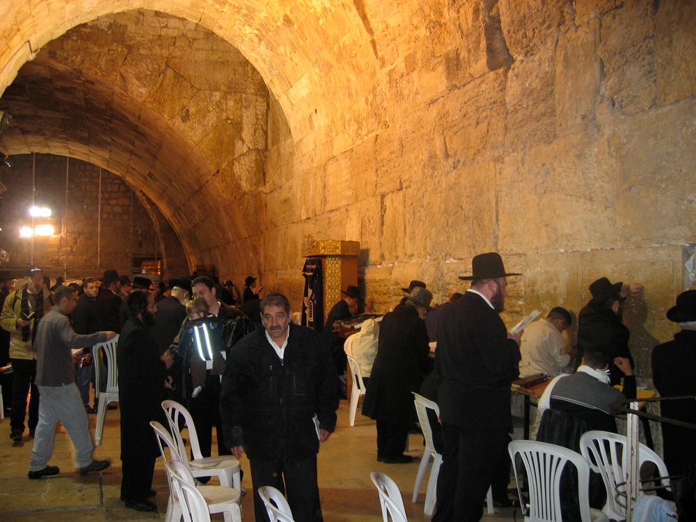 Judíos-junto-al-Muro-de-las-Lamentaciones