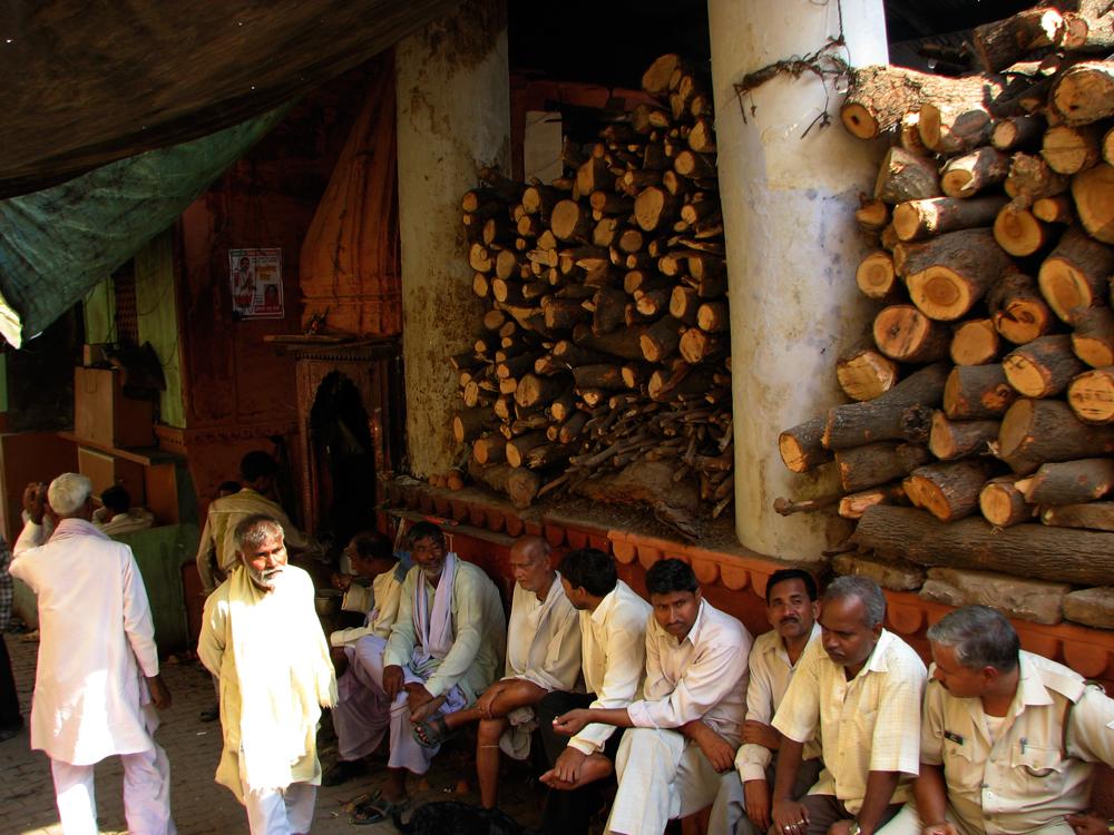 Leña-de-cremaciones-(pagada-por-musulmanes)