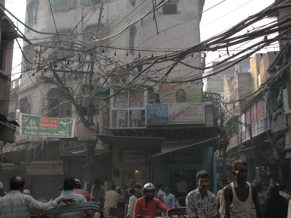 Maraña-de-cables-en-la-vieja-Delhi