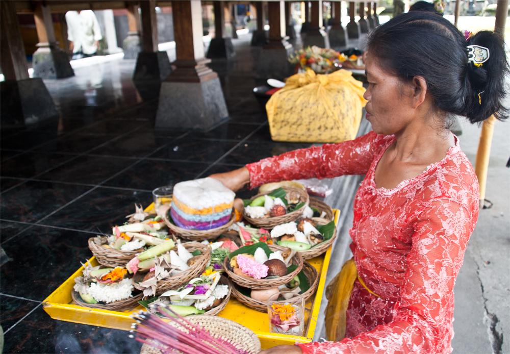 Mujer-realizando-ofrendas