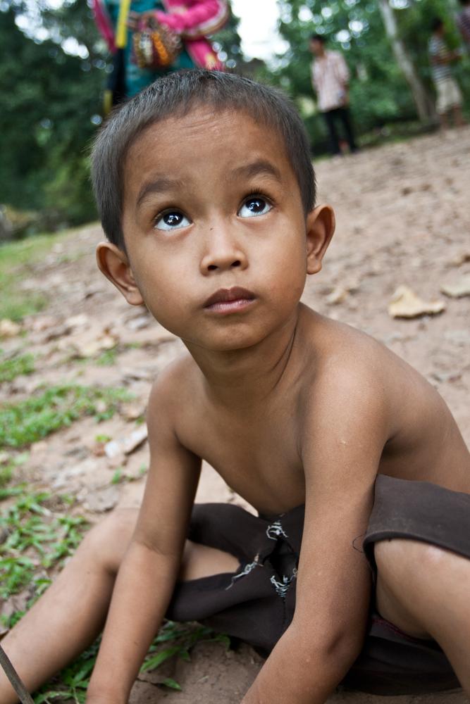 Niño-jugando-con-la-arena