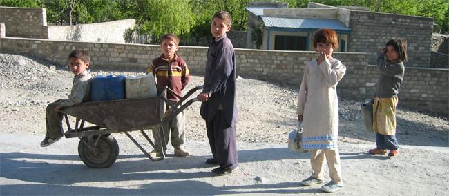 Niños-en-la-carretera-en-ruta-por-KKH