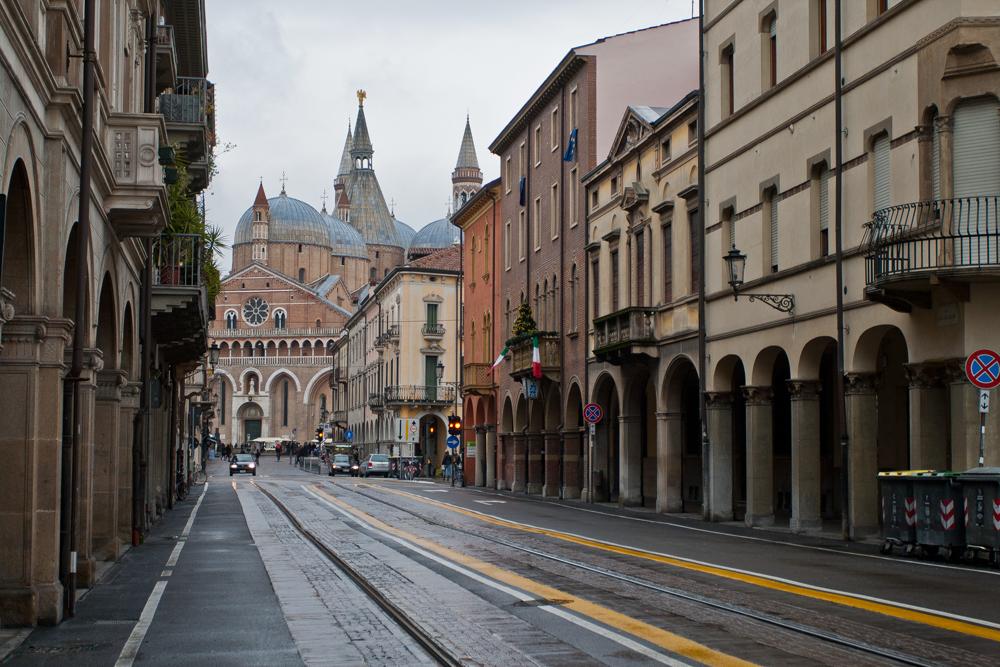 Padua - Basilica-de-San-Antonio-al-fondo-de-la-calle