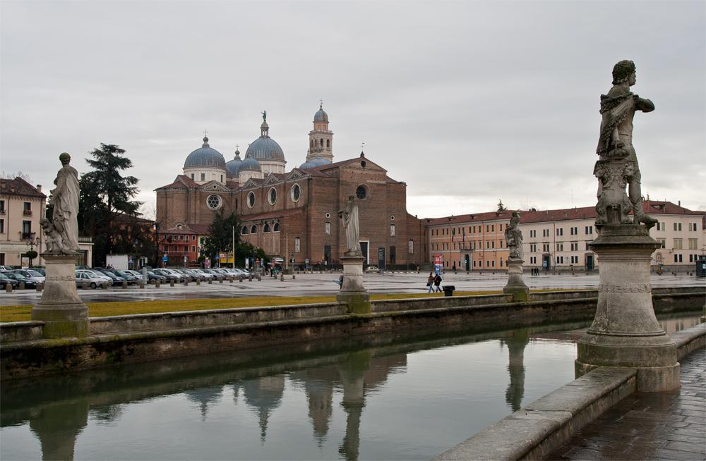 Padua---Estatuas-junto-a-canal-II