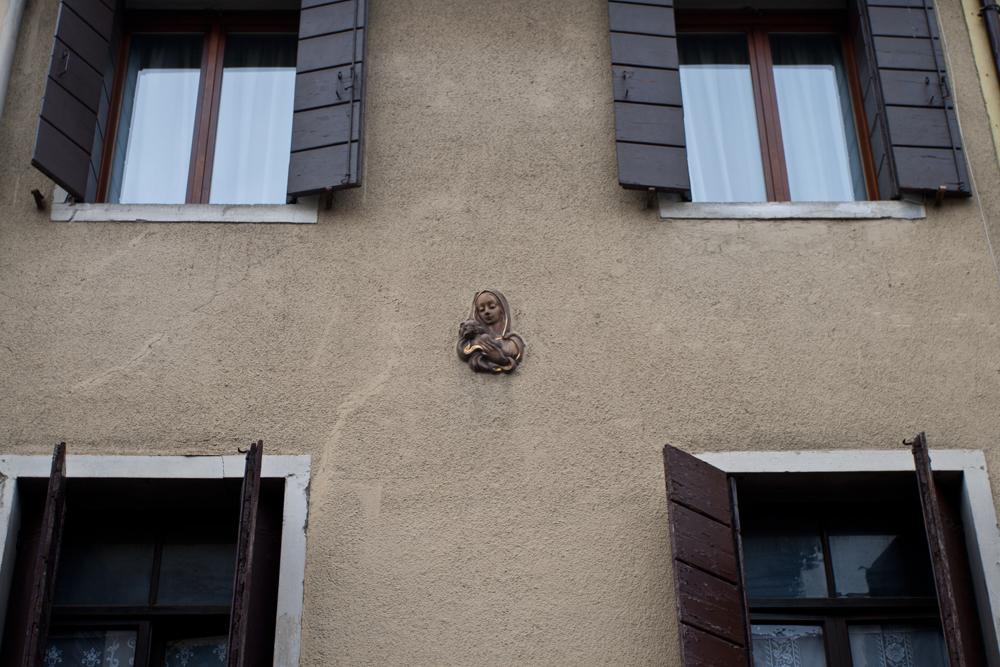 Padua---Virgen-en-fachada
