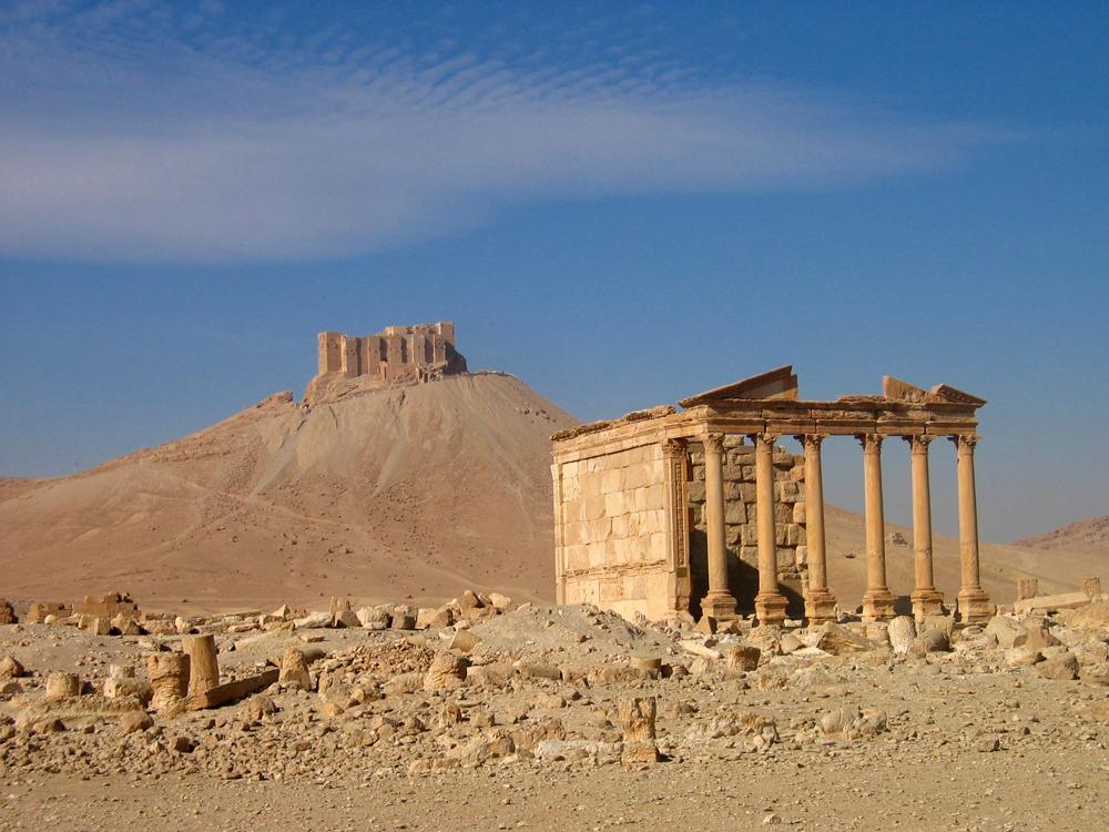 Palacio-de-Zenobia-y-al-fondo-Qal'at-Ibn-Maan