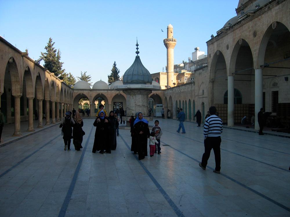 Patio-de-la-mezquita-de-Rizvaniye-Vakfi