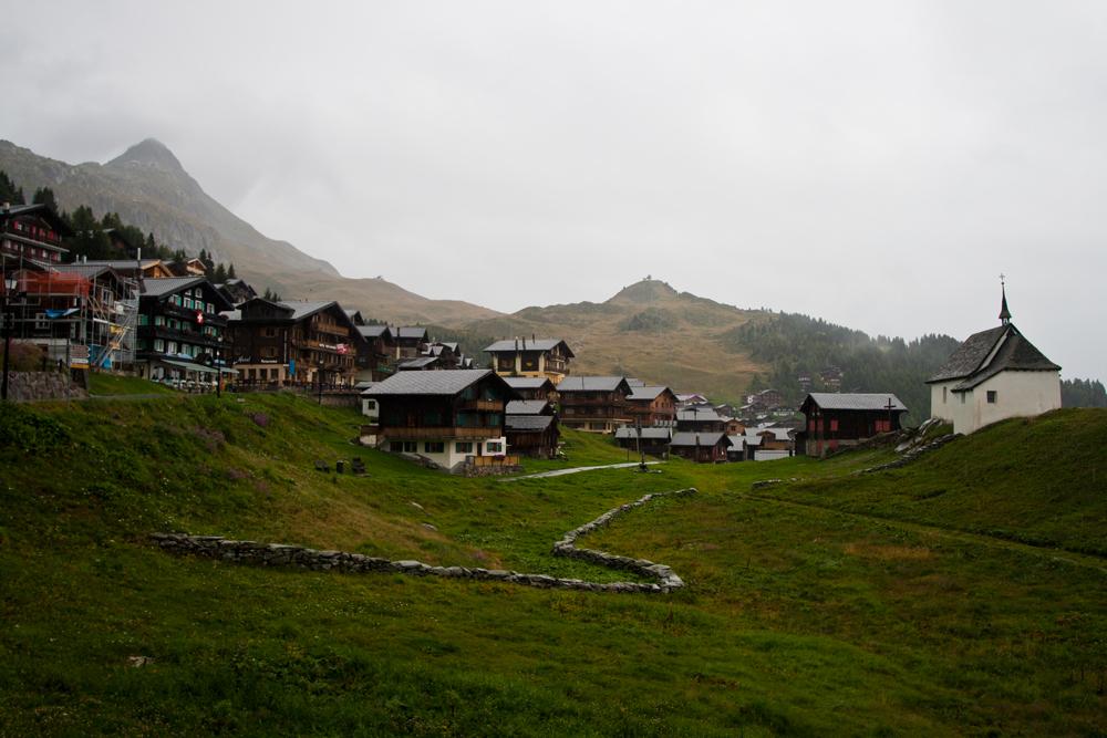 Pueblo-en-ruta-hacia-el-glaciar-de-Aletsch
