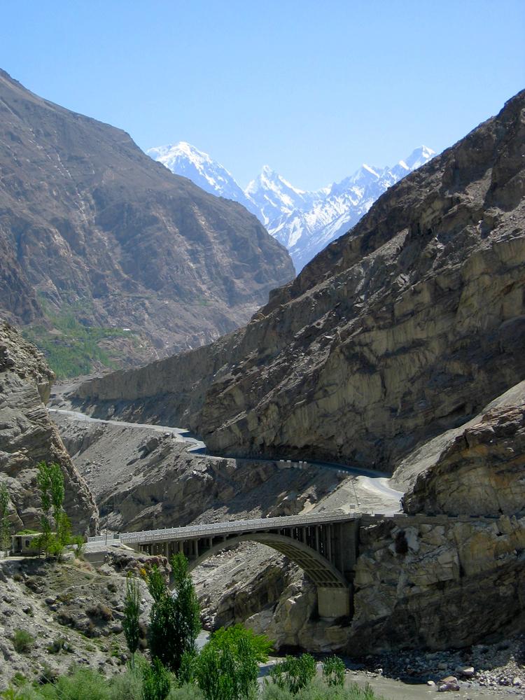 Puente-sobre-la-Karakorum-Highway