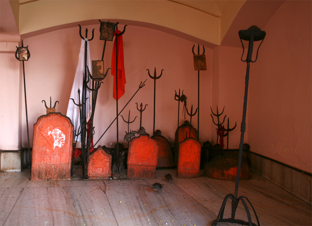 Tridentes-de-Shiva-en-el-templo-de-Karni-Mata