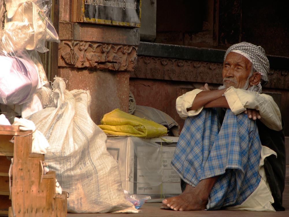 Un-anciano-a-la-entrada-de-Jama-Masjid