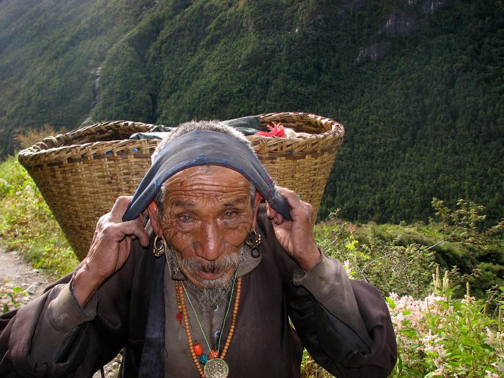 Un-anciano-en-el-camino