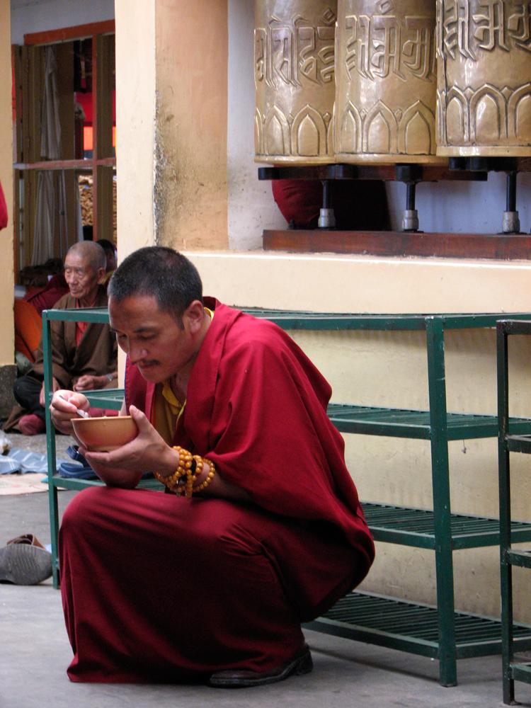 Un-monje-comiendo-arroz
