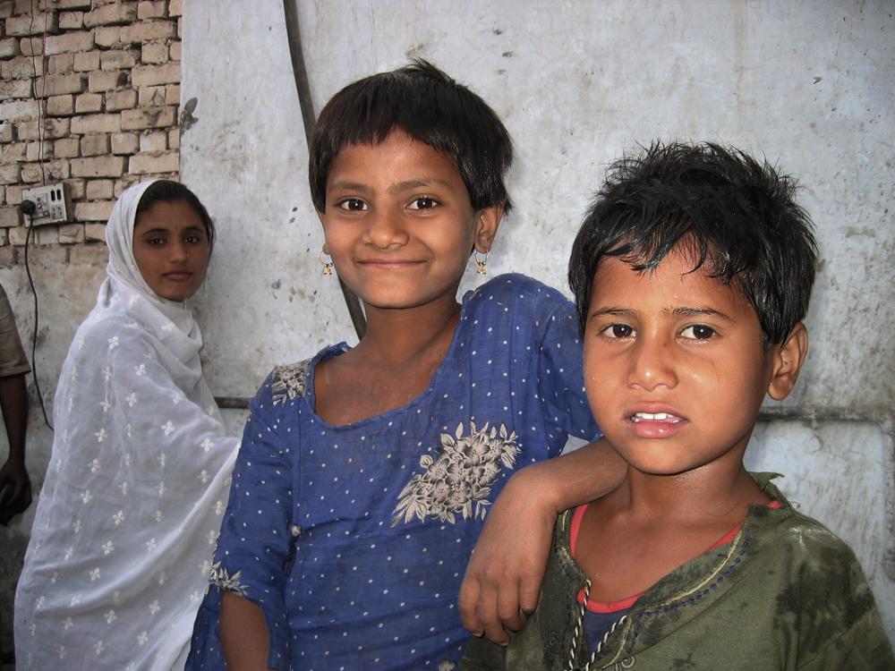 Unos-niños-en-el-taller-de-Munir