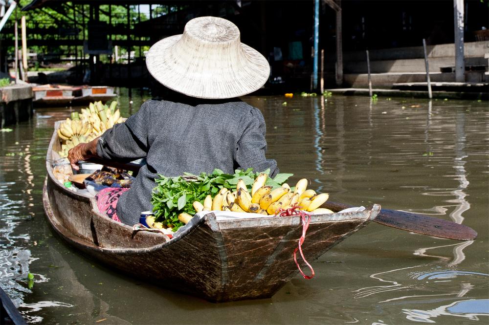 Vendedora-de-fruta-en-el-mercado-flotante