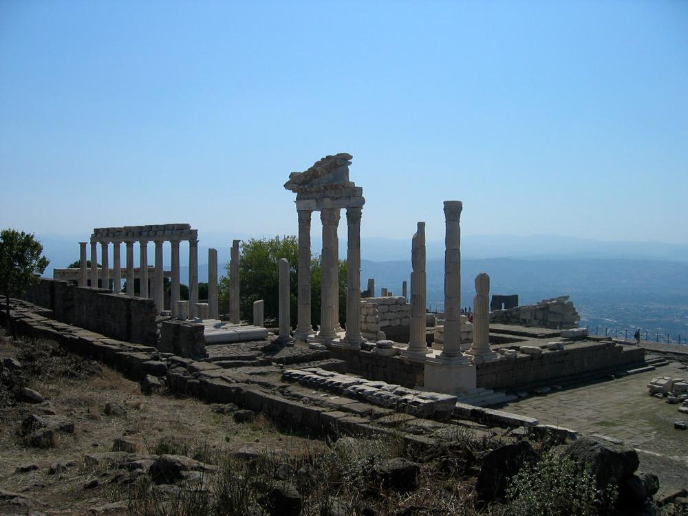 Vista-general-del-templo-de-Trajano-de-Pérgamo