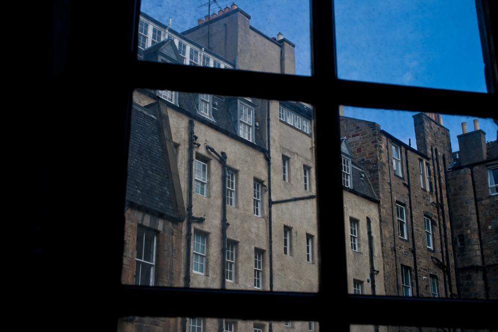 A-través-de-la-ventana-sucia