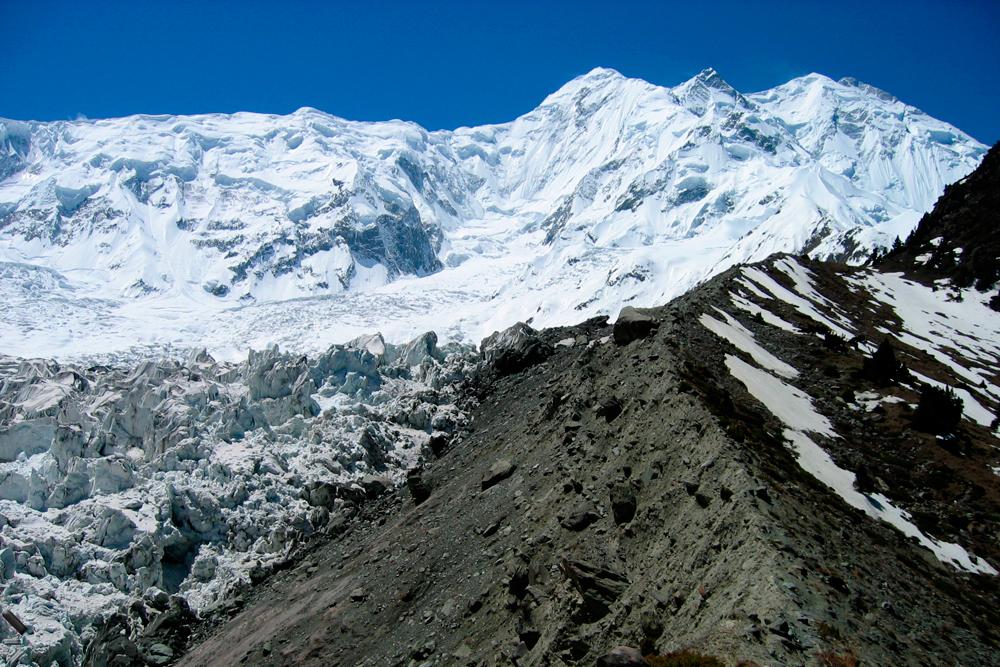 Acceso-al-campo-base-del-Monte-Rakaposhi-en-el-Valle-de-Hunza-de-Pakistán