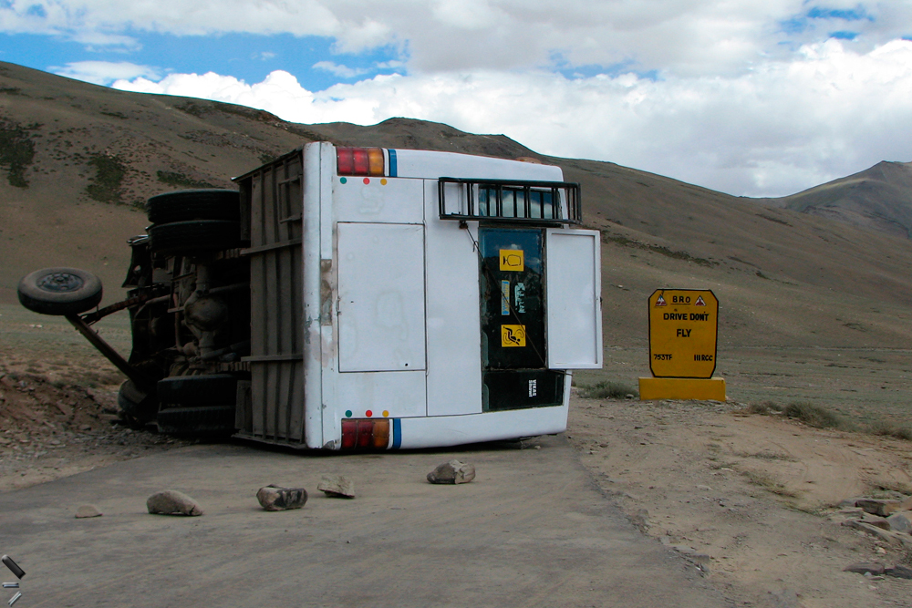 Accidente-en-Ladakh-(Conduce-no-vueles)