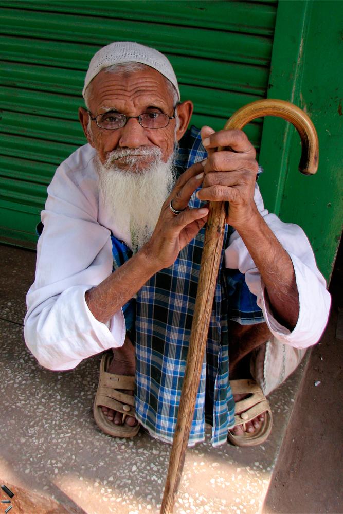 Anciano-con-bastón-en-Old-Delhi