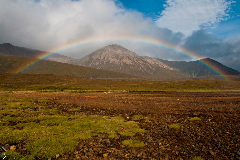 Arco-Iris-en-la-Isla-de-Skye-en-Escocia