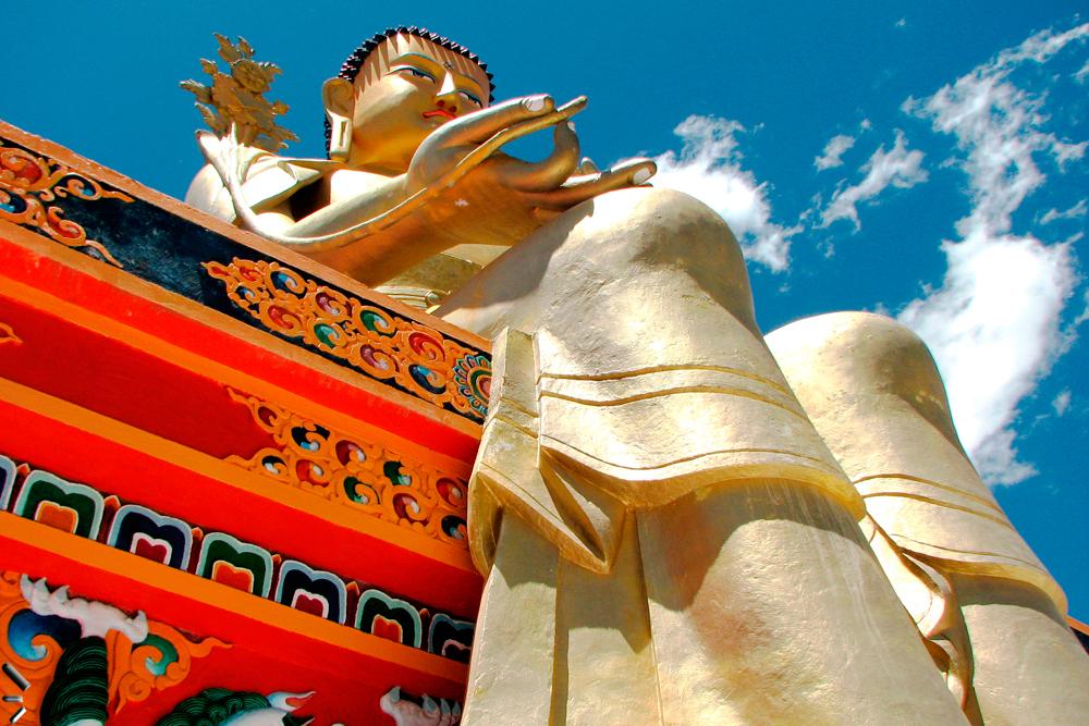 Buda-gigante-en-el-monasterio-de-Likir-de-Ladakh-en-el-norte-de-India