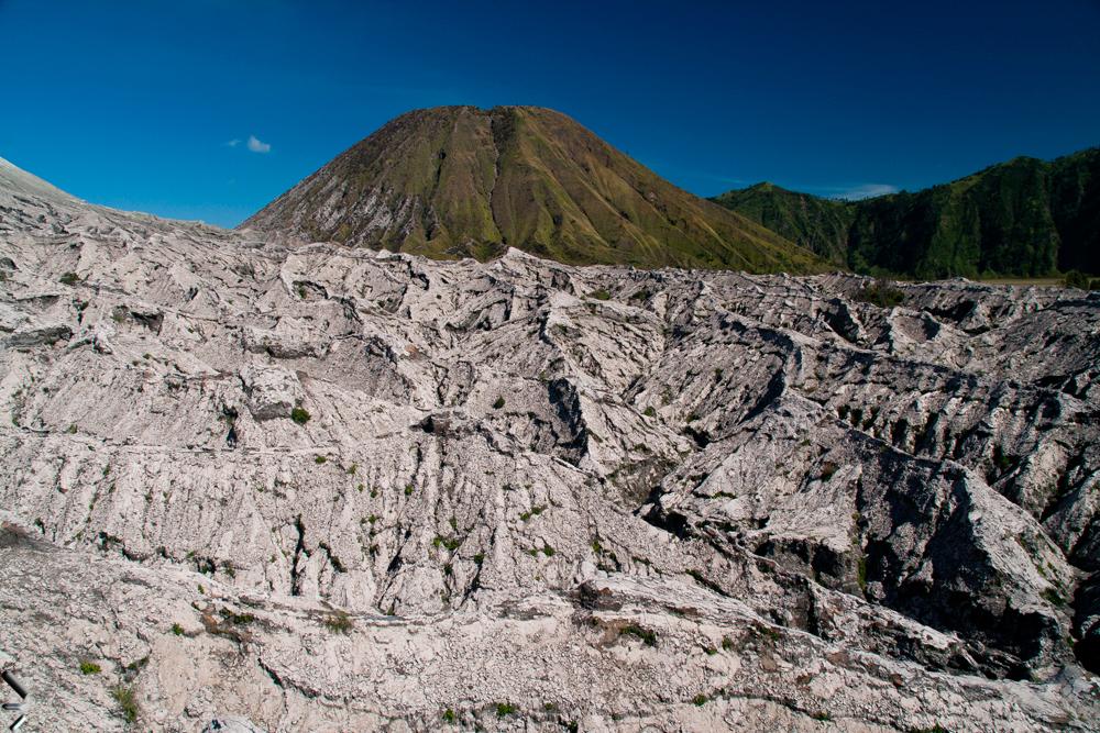 Coladas-de-lava-y-monte-Bladok-en-el-P.N.-de-Bromo-y-Semeru-en-la-Isla-de-Java