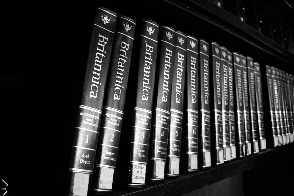 Enciclopedia-británica-en-la-Biblioteca-de-la-Universidad-de-Bombay