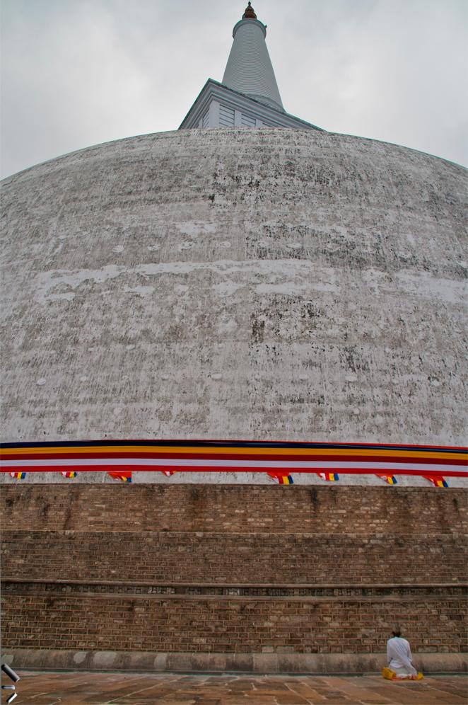 Estupa-de-Ruvanvelisaya-en-Sri-Lanka