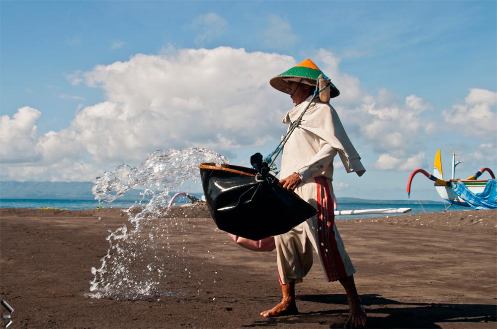 Fabricación-artesanal-de-sal-de-Kusamba-en-la-Isla-de-Bali