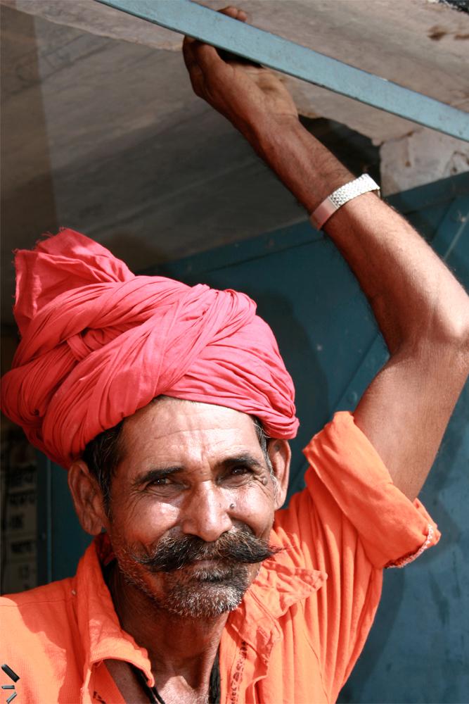 Guarda-de-ferrocarril-en-Rajastan-India