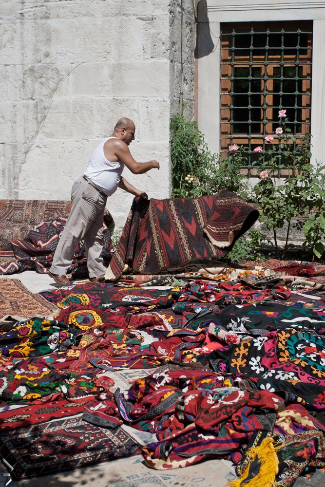 Limpiando-alfombras-en-un-han-de-Estambul