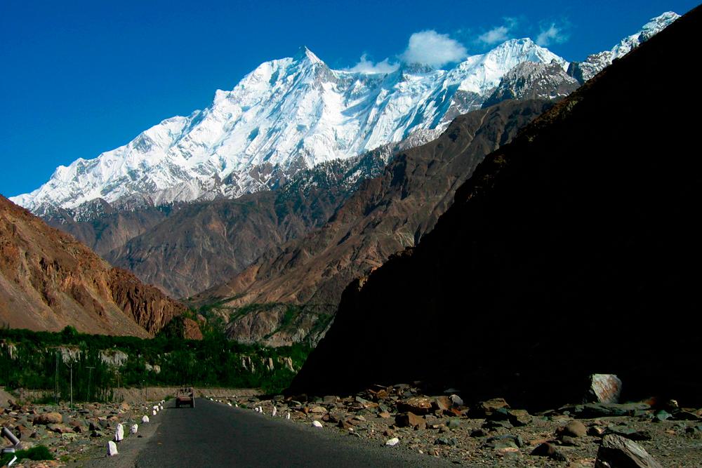 Monte-Rakaposhi-desde-la-autopista-del-Karakorum-en-Pakistán