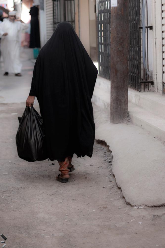 Mujer-paseando-en-la-medina-de-Mascate-en-Oman