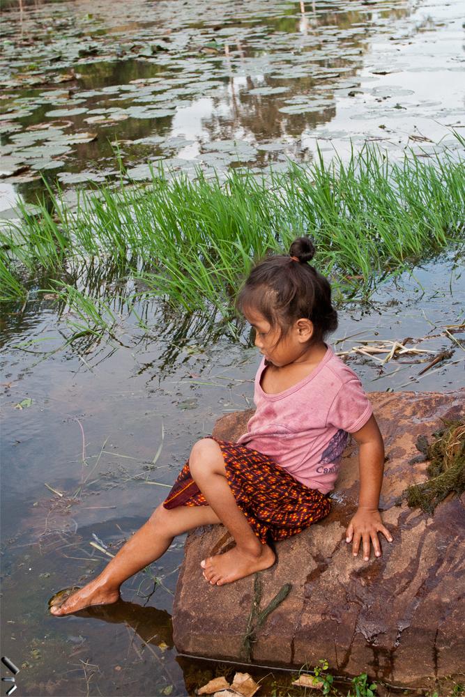Niña-con-agua-en-Camboya