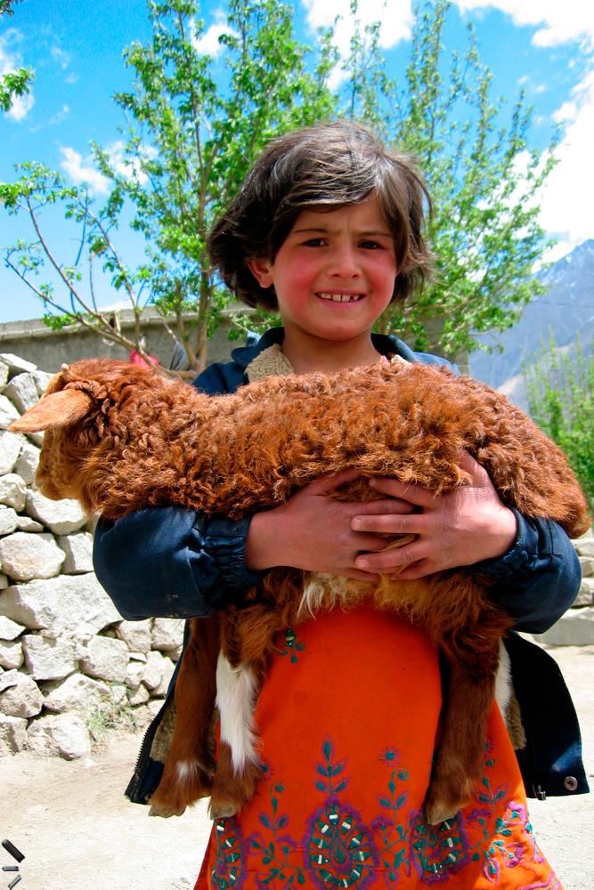 Niña-con-oveja-en-el-Valle-de-Hunza-en-Pakistan