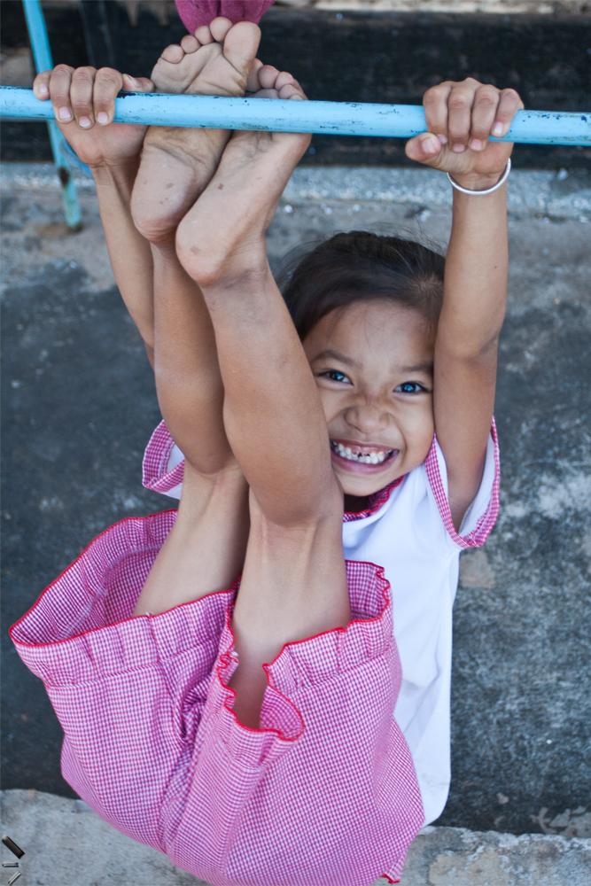 Niña-jugando-en-un-pueblo-de-Laos